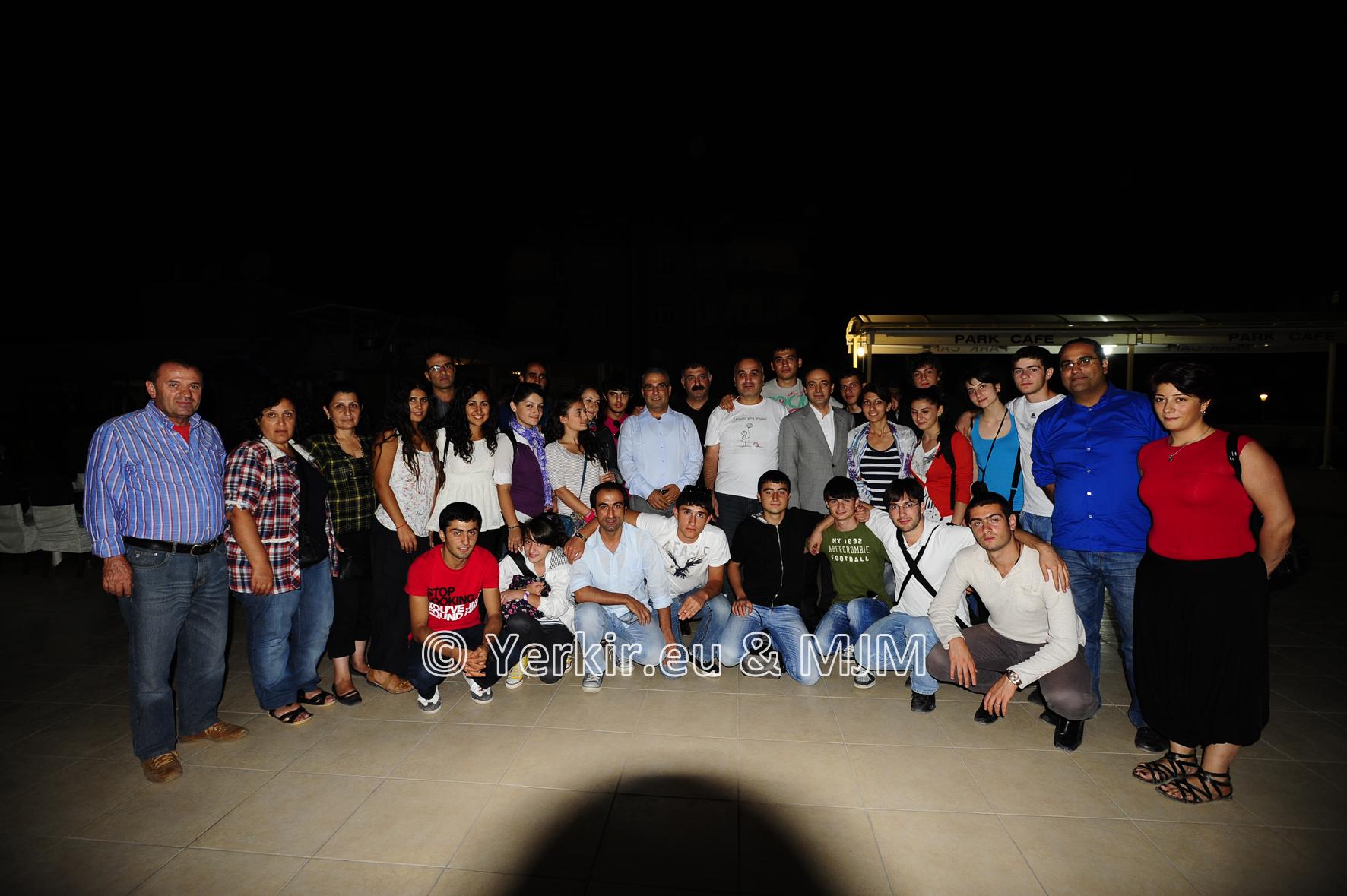 L'équipe de Yerkir et du Van project entourant Osman Baydemir, maire de Diyarbakir