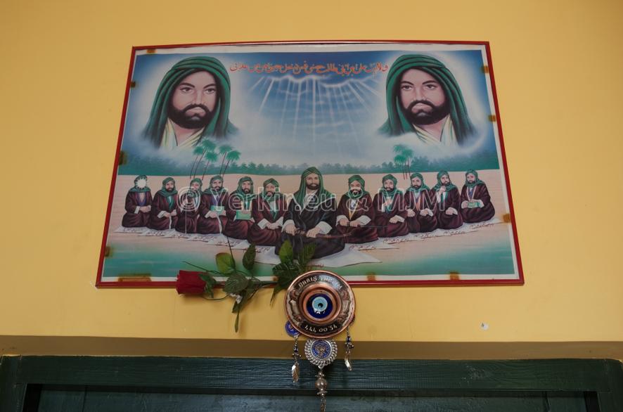 Djemevi, lieu de culte Alévie, tableau de l'imam caché, Derssim juillet 2011
