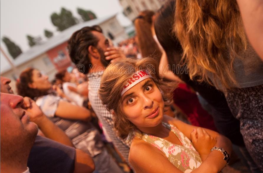 Une jeune fille lors d'un festival de musique à Ovacik (Dersim), Juillet 2011