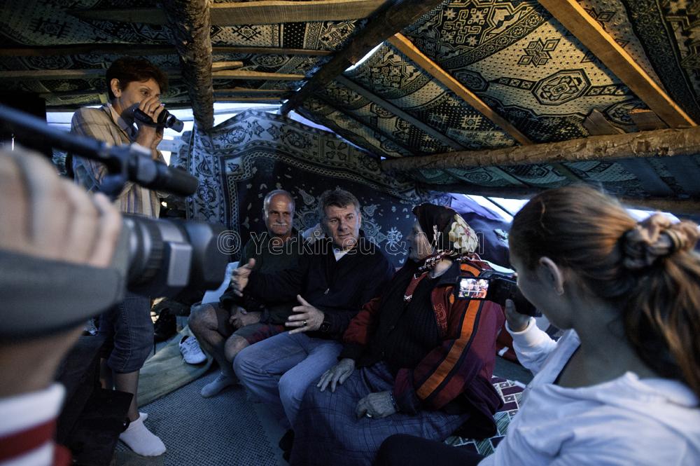 Discussion en dialecte arménien-Hamchene sous la tente dans les alpages