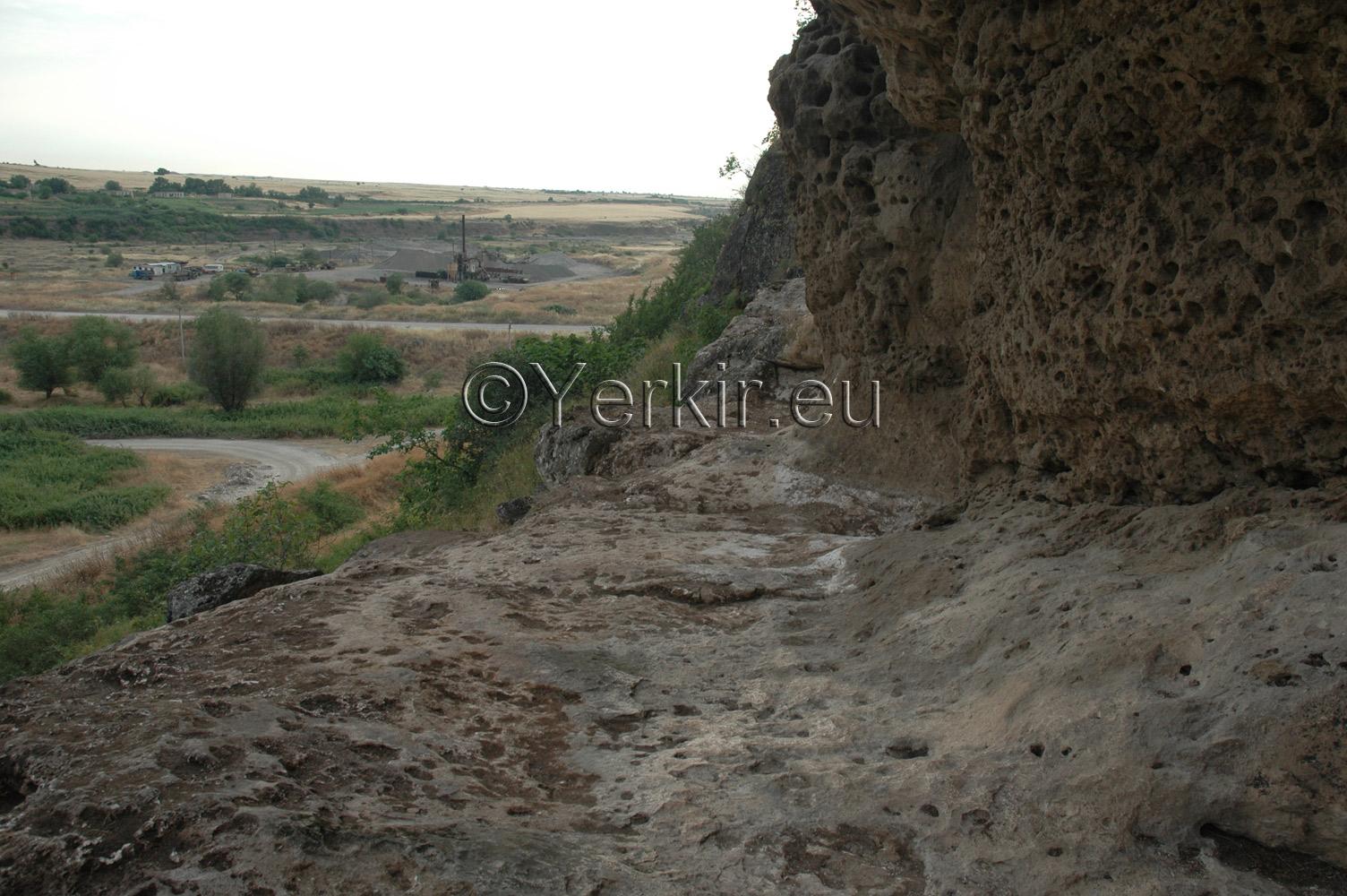 Chemin après les fouilles avec la plaine en arrière-plan