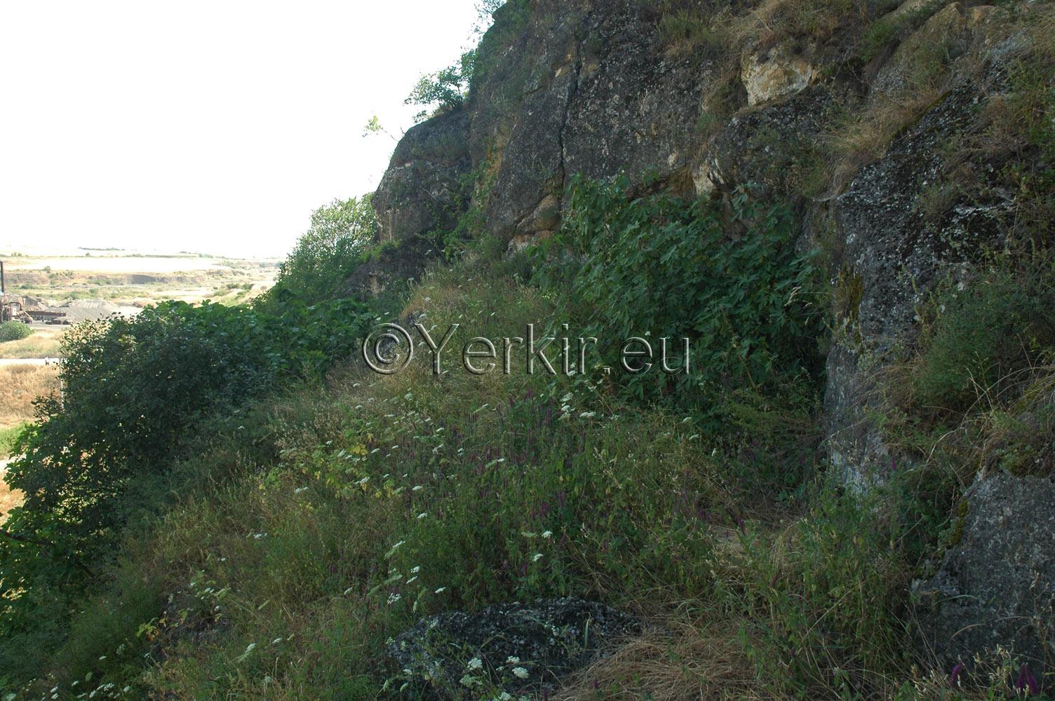 Chemin menant à l'église troglodyte de Khatchénaguède avant les fouilles