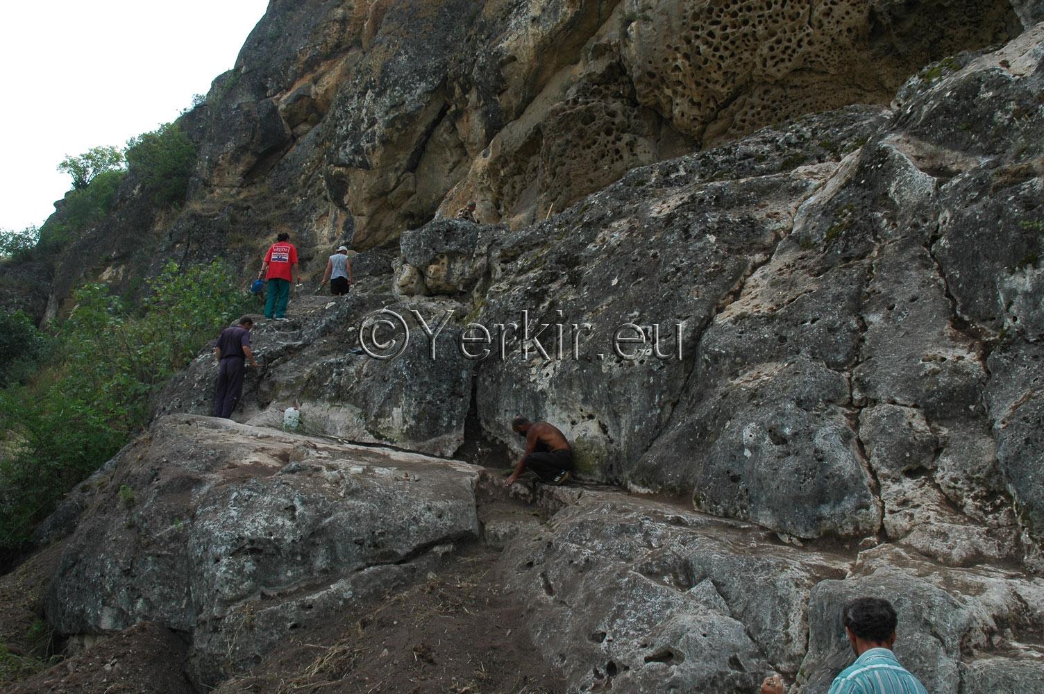Fouilles des escaliers menant à l'église troglodyte de Khatchénaguède