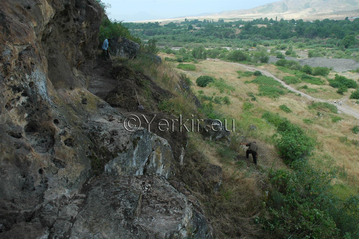 Début des fouilles archéologiques de l'église troglodyte de Khatchenaked