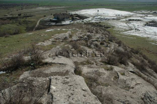 Vue du haut de la colline de la zone de recherche des ruines de Tigranakert